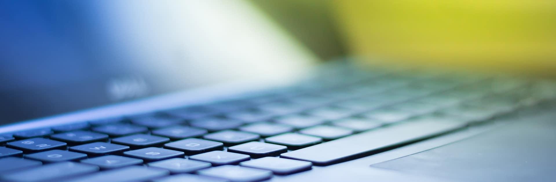 Toetsenbord van een laptop met software