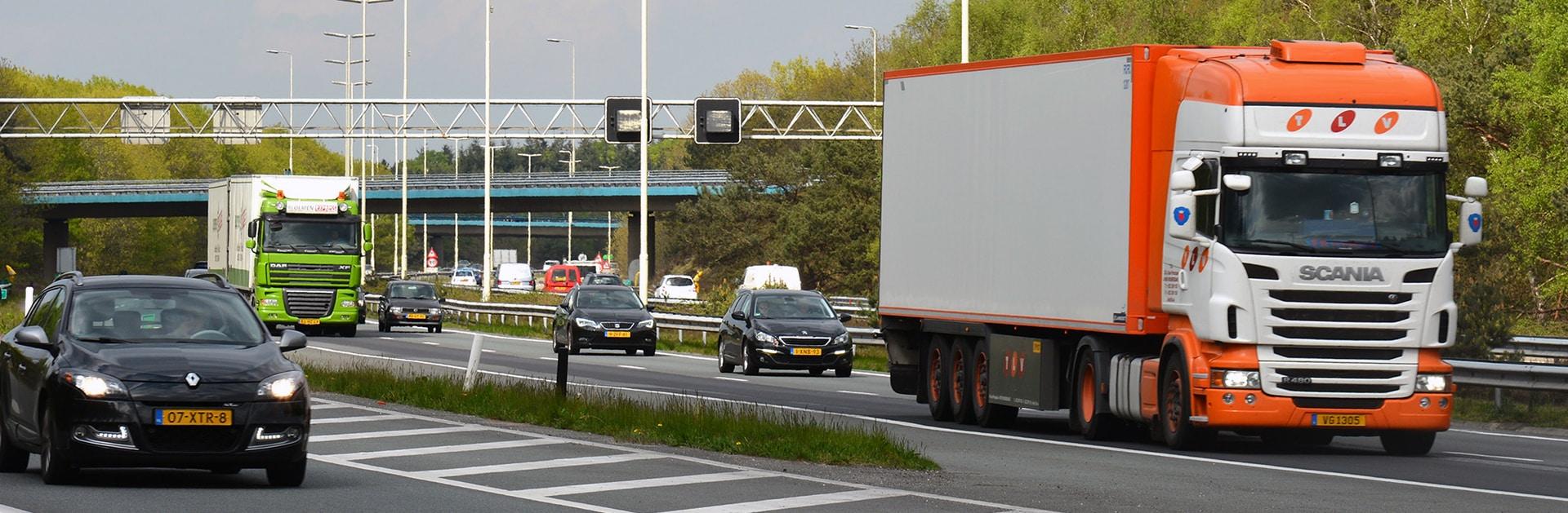 Verkeer: snelweg met autoverkeer