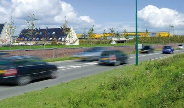 Spoor en wegen bij woonwijk, milieu