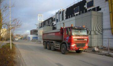 Vrachtwagens langs gebouwen ASML in Veldhoven