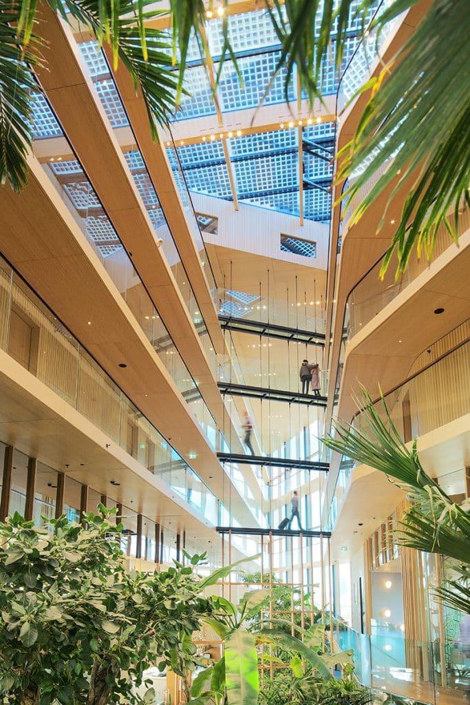 Licht en groen atrium van Hotel Jakarta Amsterdam