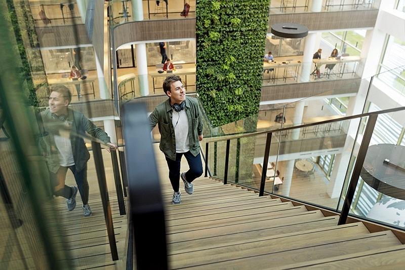 Atrium in het Danone-hoofdkantoor met groene wand