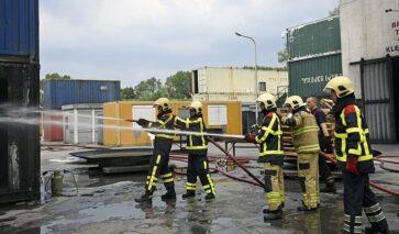 Brandveiligheidsadviseurs DGMR oefenen bij de brandweer