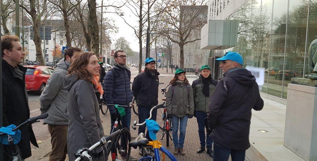 Studenten op de fiets langs de Hoge Raad.