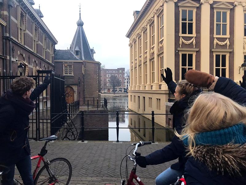 Studenten op de fiets langs DGMR-projecten in Den Haag
