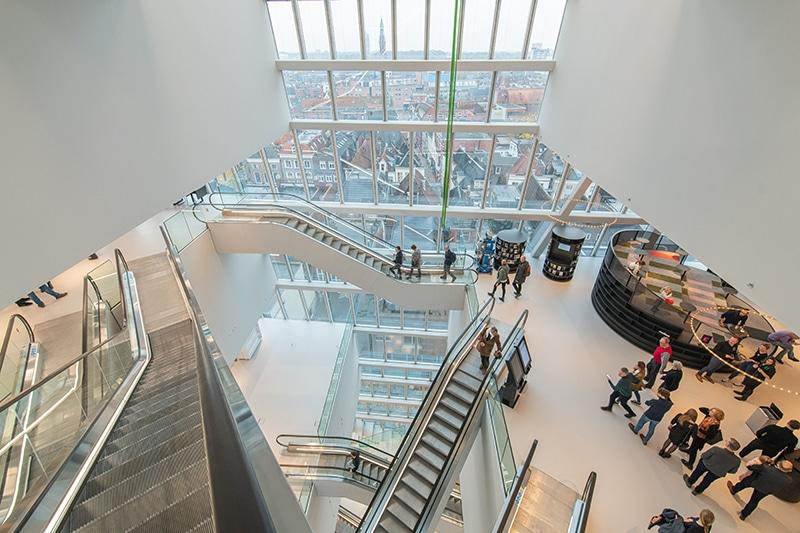 Roltrappen in het atrium van Forum Groningen
