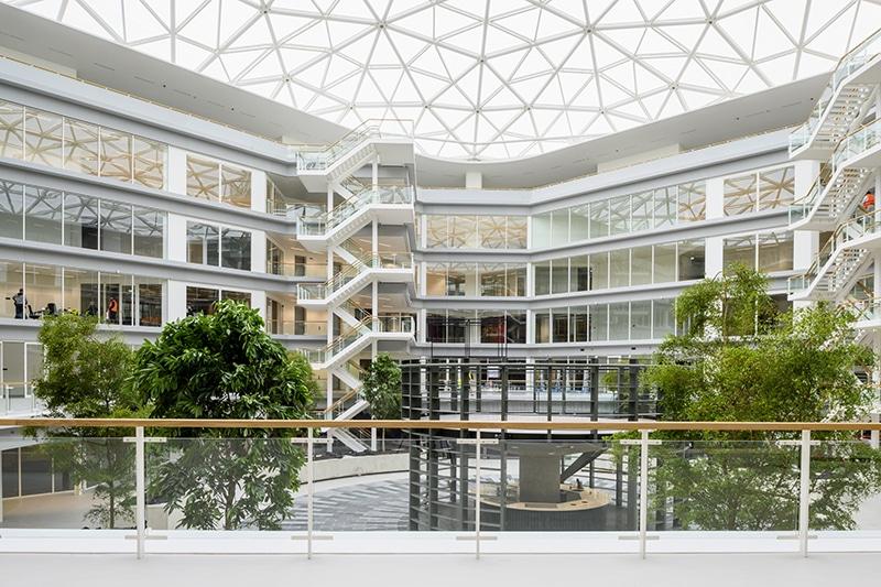 Atrium van EDGE Amsterdam West | DGMR